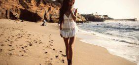 худая девочка на пляже